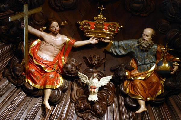 D. La Trinidad coronando a la Virgen.